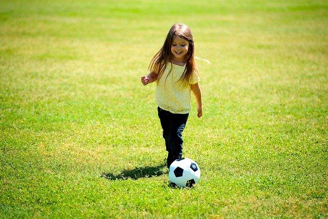 843d1249c198f Na čo by ste si mali dať pozor je určite zdravie. Futbal, alebo iné  vyslovene chlapčenské športy, môžu byť pre malé dievča predsa len trochu  nebezpečné.