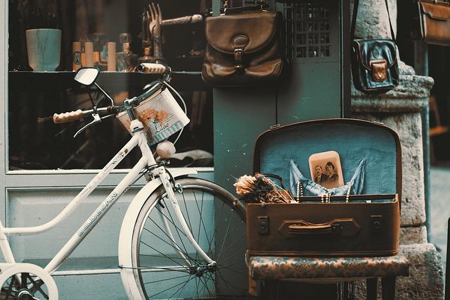 Obchod so sklenenými dvermi, pred ktorými stojí bicykel.jpg