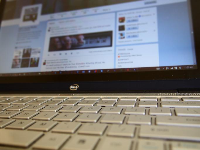 Notebook Intel, sivá klávesnica.jpg