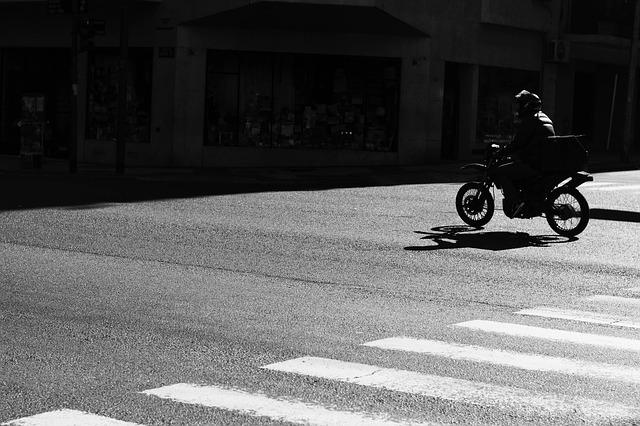 motocykli ide cez prechod pre chodcov na ceste.jpg