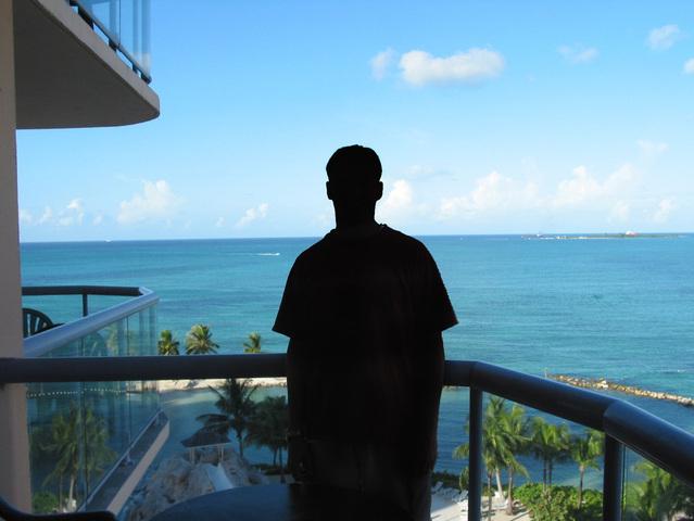 Človek na balkóne, výhľad na more.jpg