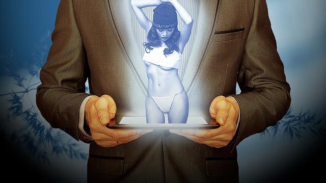 Muž v saku drží tablet, z ktorého vychádza sexy žena.jpg